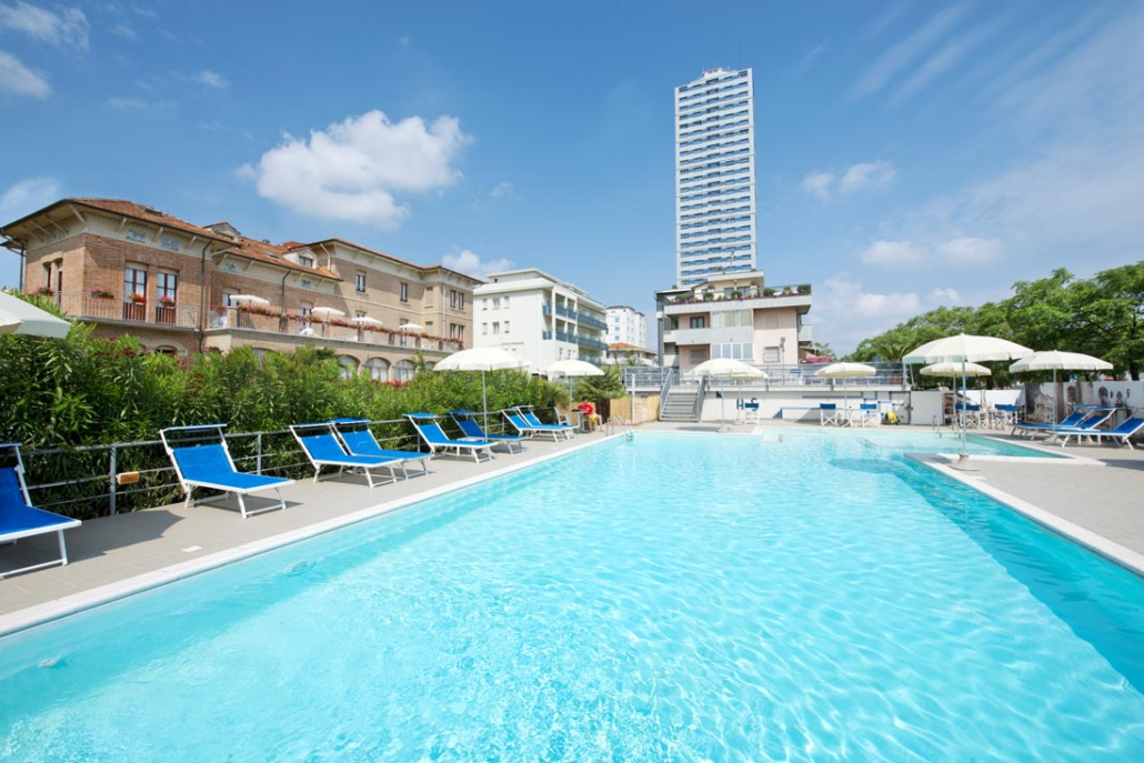 Piscina soleggata Hotel Stefania 3 stelle Cesenatico
